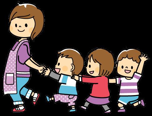 Une éducatrice en milieu familial qui marche avec des enfants
